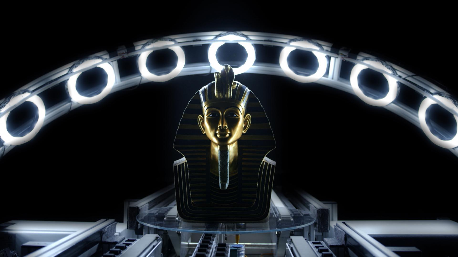 Ausschnitt aus dem Fraunhofer Recruitingspot, Pharaonenmaske in moderner Forschungsumgebung