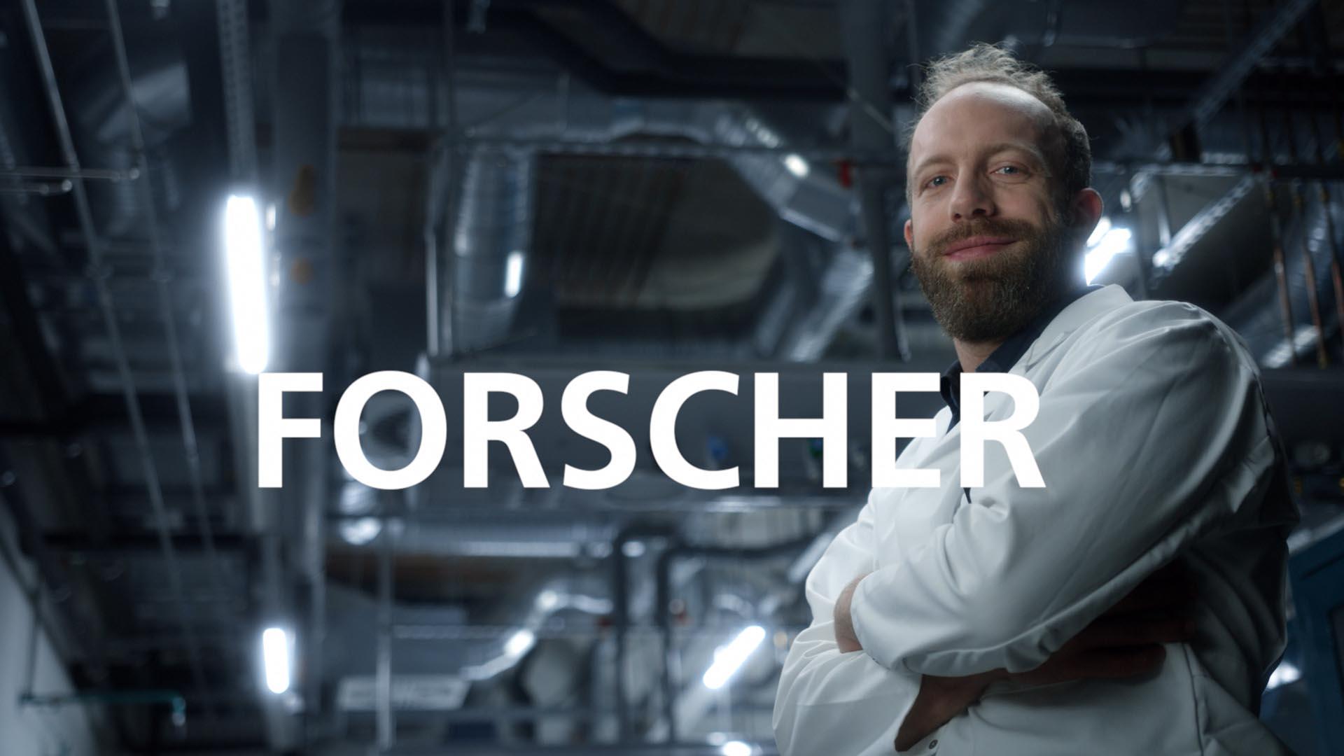 Ausschnitt aus dem Fraunhofer Recruitingspot, Mann steht stolz in einer Werkshalle mit dem Bildtitel