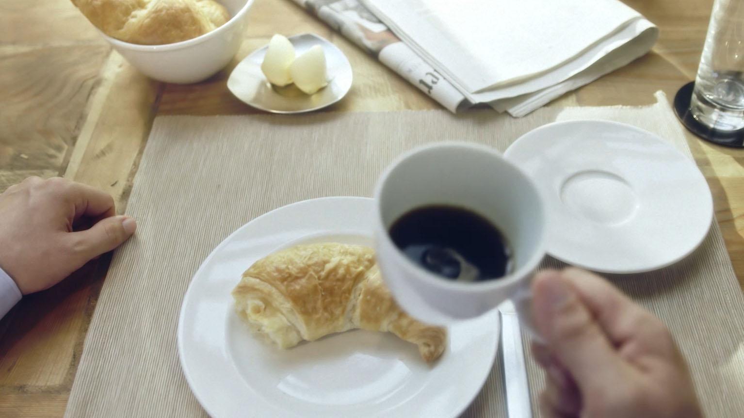 Aus dem Halder Inside Imagefilm - Croissant und Kaffee aus Egoperspektive