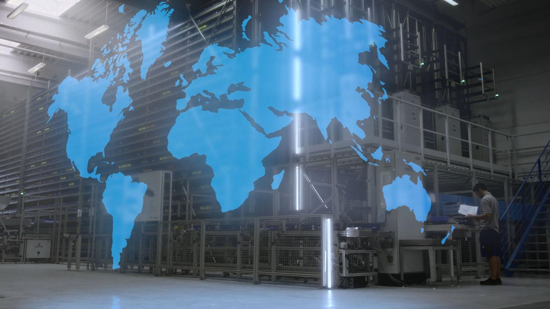 Aus dem Halder Inside Imagefilm - Weltkarten-Projektion vor Lagerregalen