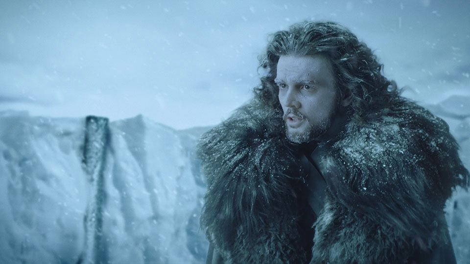 Ausschnitt aus den badenova Extrawärme Kinospot John Snow Double blickt in die Ferne
