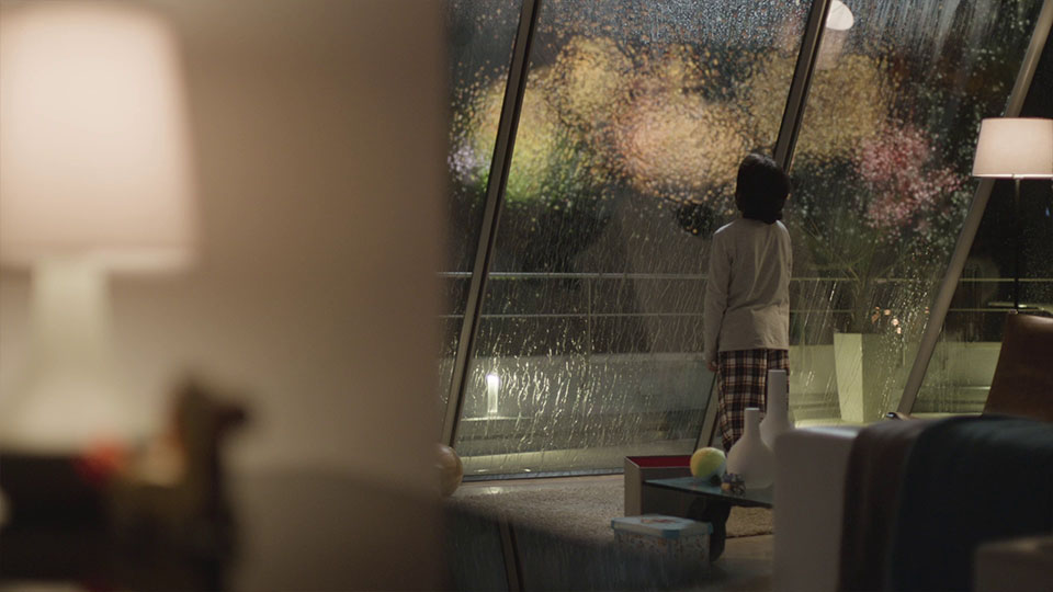 Aus dem Mercedes-Benz Fireworks Werbespot - Kind vor verregnetem Fenster