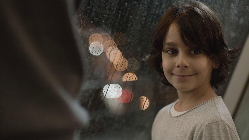 Aus dem Mercedes-Benz Fireworks Werbespot - Kind schaut verschmitzt