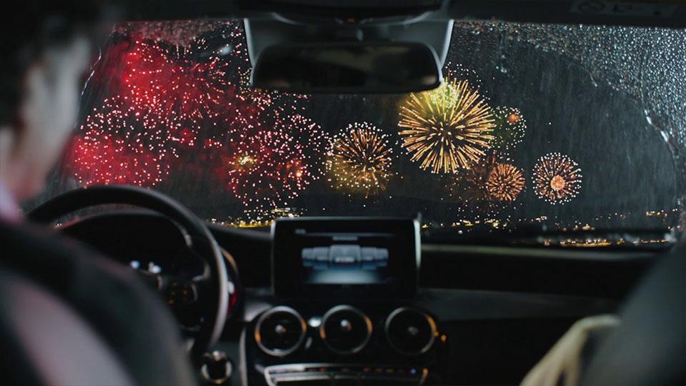 Aus dem Mercedes-Benz Fireworks Werbespot - Feuerwerk aus Autoinnenraum