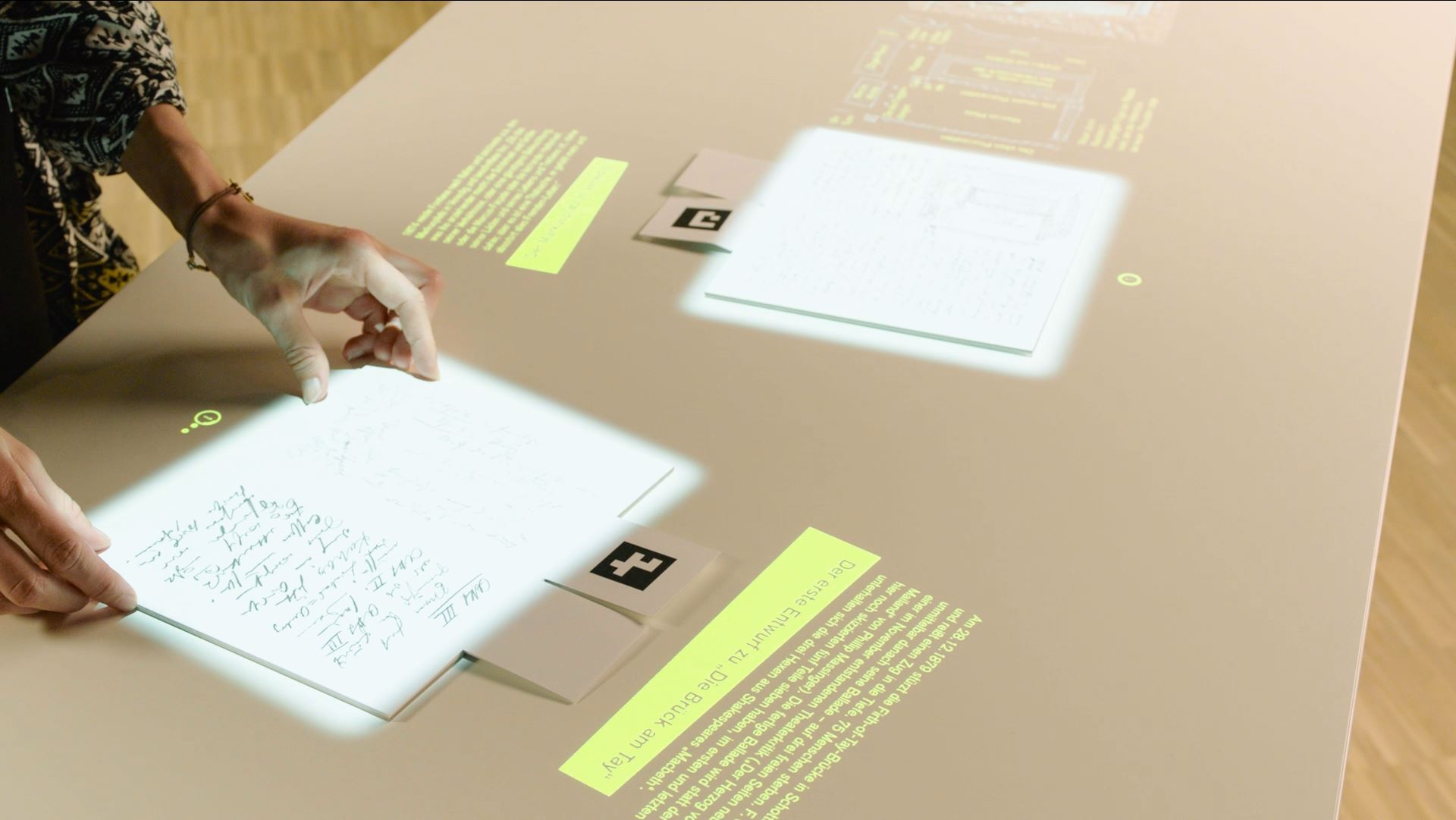 Projektion von Fontanes Aufschriebe auf dem interaktiven Tisch im Detail