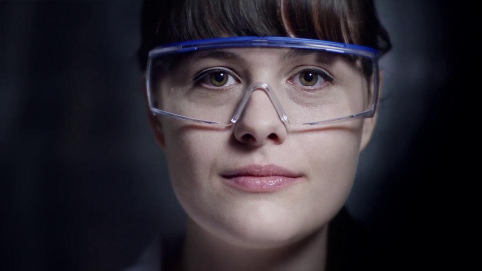 Ausschnitt aus dem Fraunhofer IAF Imagefilm - Nahansicht Gesicht Wissenschaftlerin
