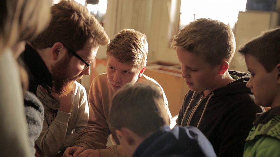 Ausschnitt aus IBA Heidelberg Wissen Schafft Stadt - Kinder hören aufmerksam zu