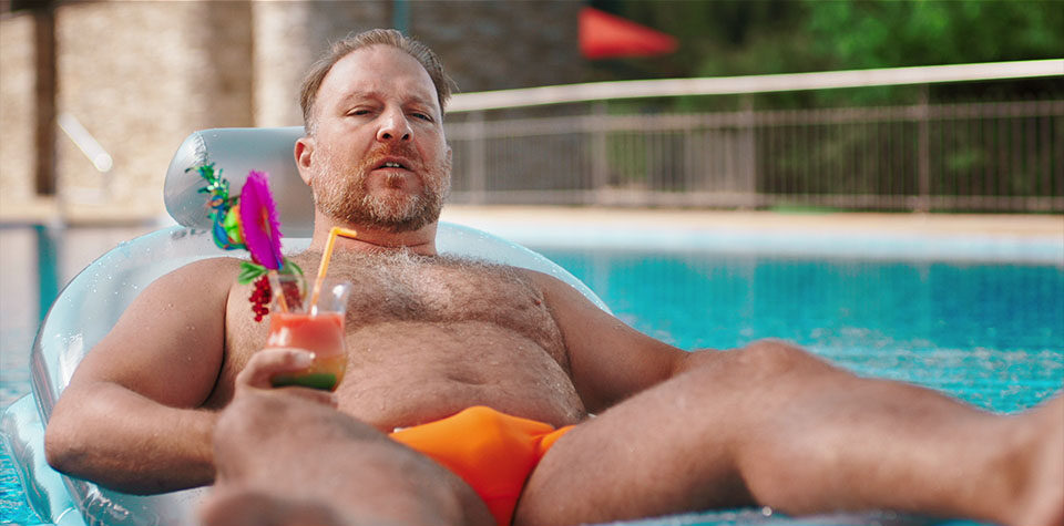 Aus dem Mercedes-Benz Lumamania Werbespot - Mann mit Cocktail auf Luma schaut beunruhigt