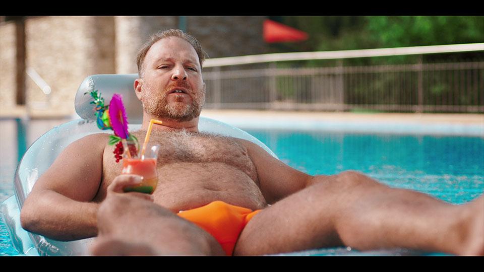 Mann mit Cocktail auf Luma schaut beunruhigt