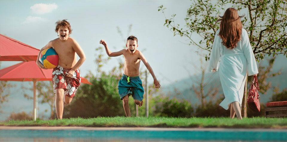 Aus dem Mercedes-Benz Lumamania Werbespot - Zwei Jungs rennen auf Pool zu