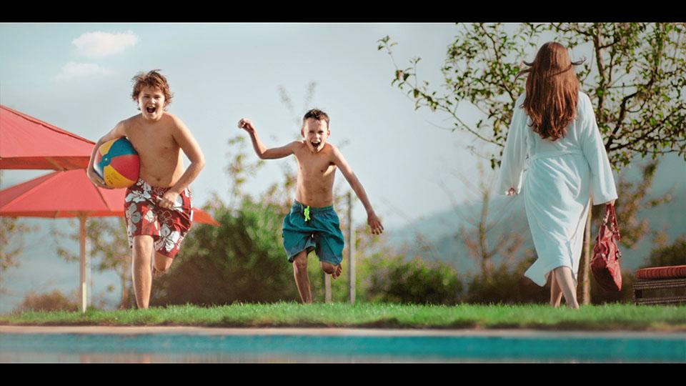 Zwei Jungs rennen auf Pool zu