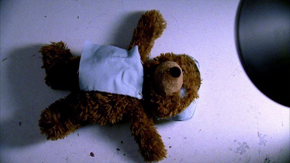 Ausschnitt aus dem Superfinn Kinderfilm - Teddy auf OP-Tisch
