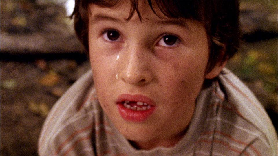 Ausschnitt aus dem Superfinn Kinderfilm - Closeup weinender Junge