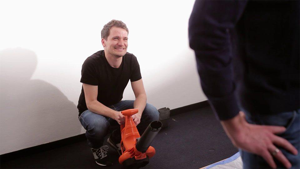 Making of vom Badenova volle Ladung Werbespot -Robert mit Laubbläser
