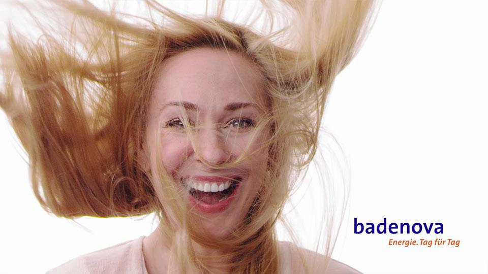 Aus dem Badenova volle Ladung Werbespot - Blonde Frau mit wehenden Haaren