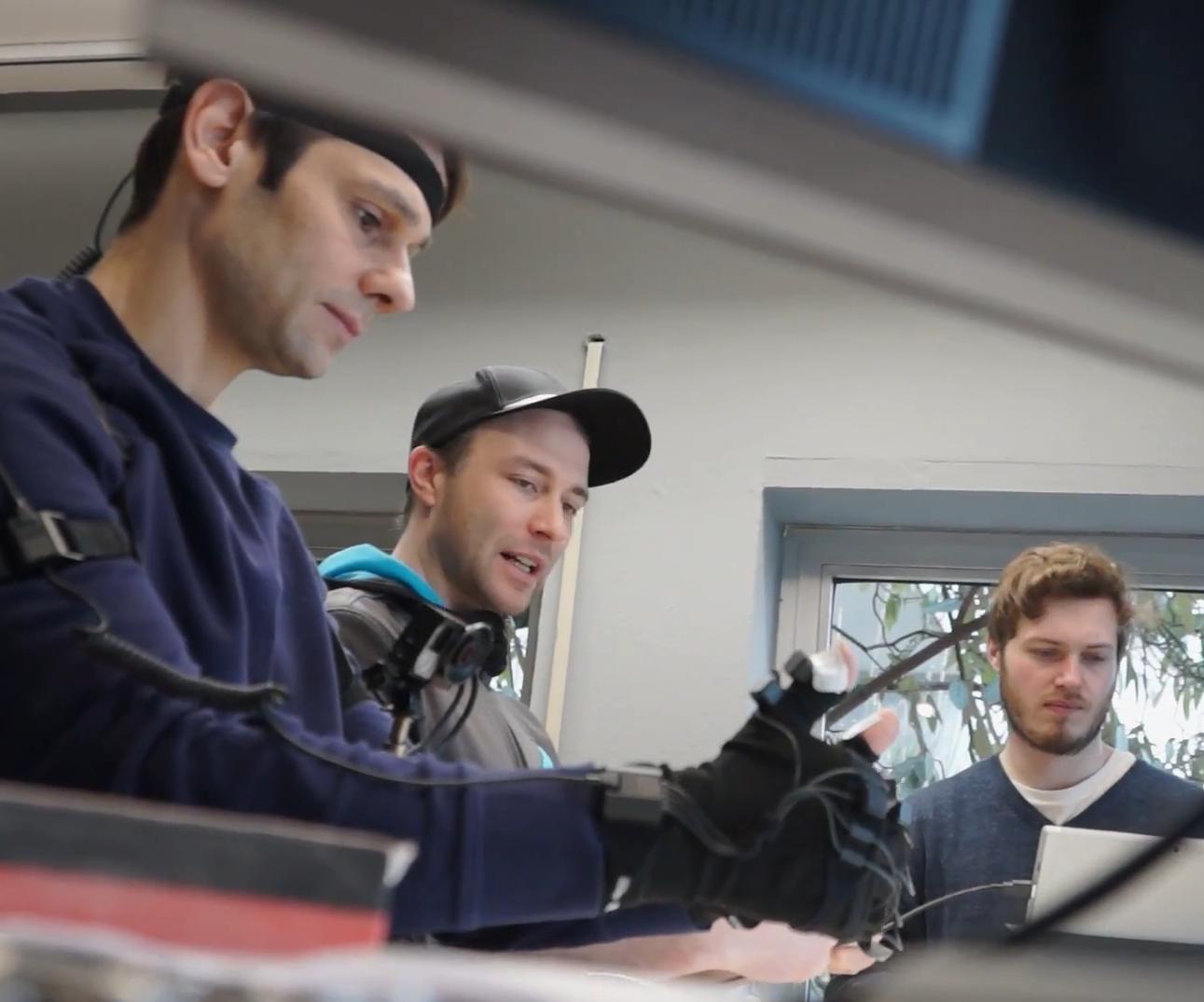 GTÜ Hands Making-Of - 3 Personen beim Motion Capture